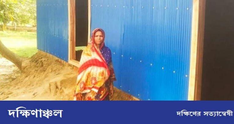 বিধবা মহিলাকে নতুন ঘর দিলেন বারইয়ারহাট পৌর মেয়র খোকন